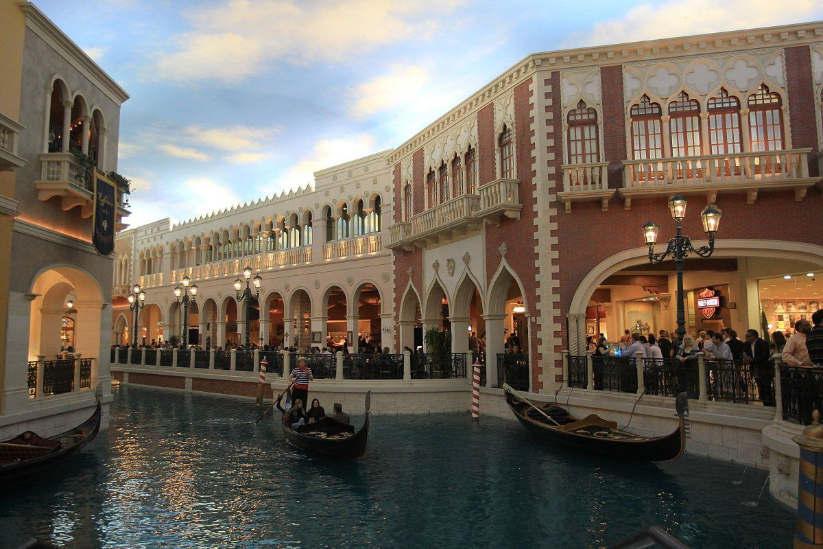 Gunman Kills One Wounds Another At Venetian Hotel