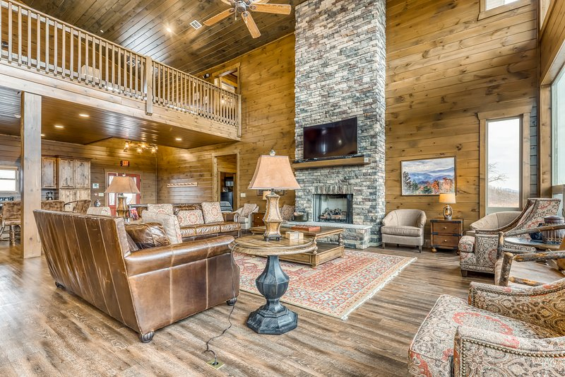 Large Luxury Cabin W/Gorgeous Mountain Views Private Hot