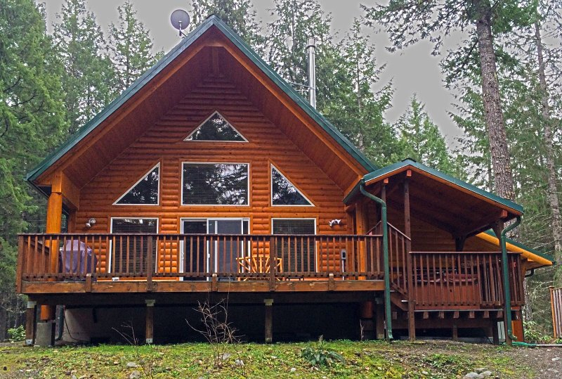 Cowlitz Riverfront Mountain Cabin Has Washer And Private
